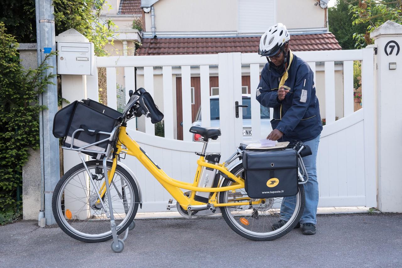 Tournée d'une factrice en vélo à assistance électrique, à Troyes. Photo : La Poste.