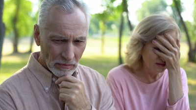 Les arnaques financières coûtent cher aux seniors
