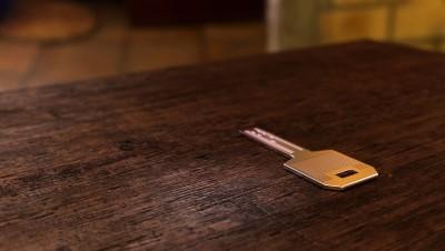 """D'où vient l'expression : """"Mettre la clé sous la porte"""" ?"""