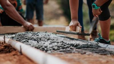 Être à pied d'œuvre, une expression qui s'applique aux personnes... et aux matériaux