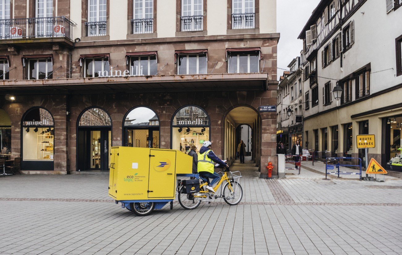 La-Poste-courier-delivery-riding-electric-bike-with-cargo-trailer-1141180641_2177x1381.jpg