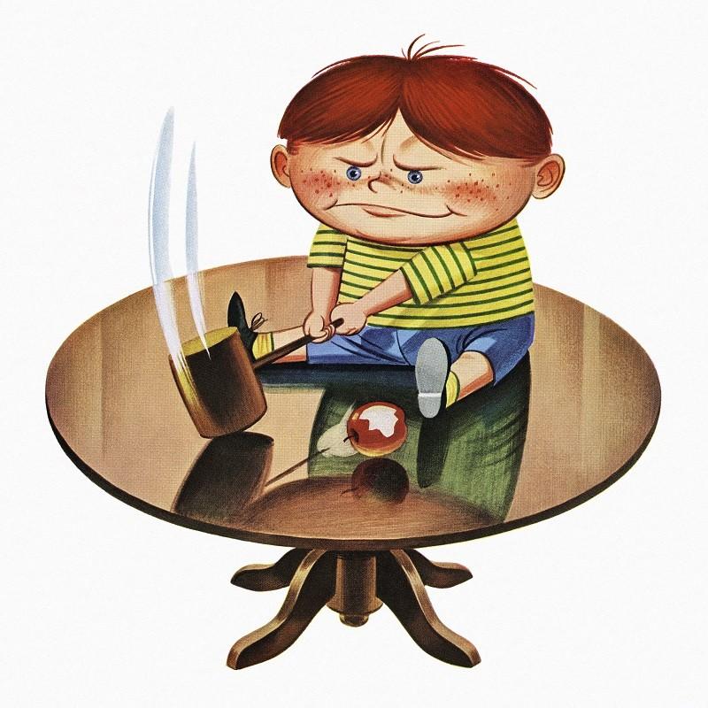 Enfant bravant l'interdit et jouant au marteau sur une table