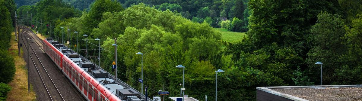 Pour accélérer sa transition écologique, l'Allemagne surtaxe l'avion ET baisse le prix du train.